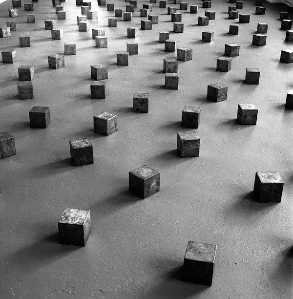 Carl andre museion museo d 39 arte moderna e contemporanea for Minimal art opere